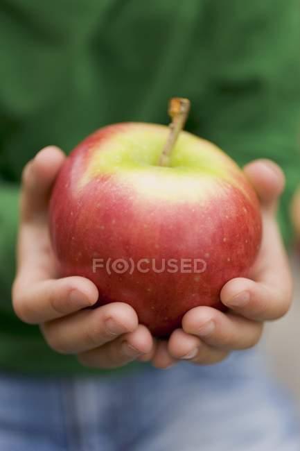 Bambino che tiene mela Gala — Foto stock