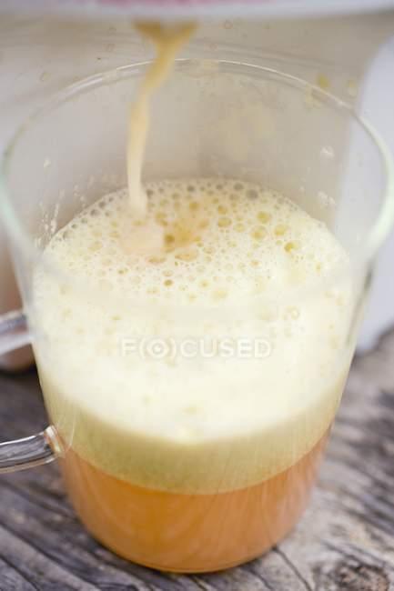 Pressing apple juice — Stock Photo
