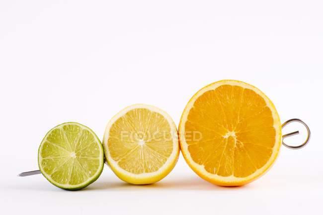 Halbierte Kalk mit Zitrone und orange — Stockfoto