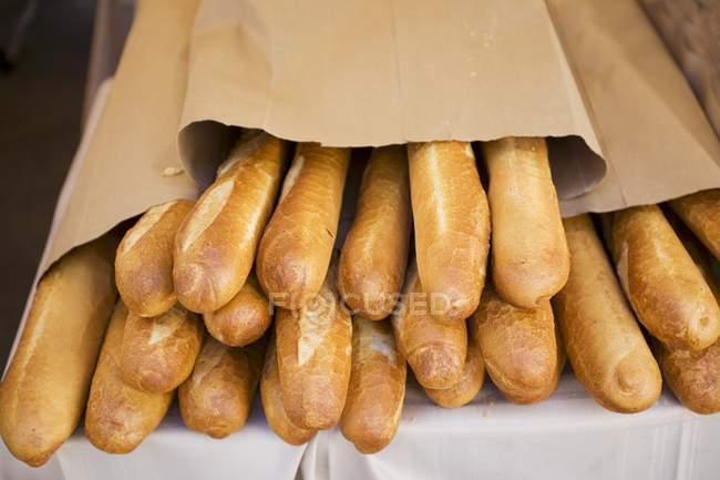 Fatias de pão francês em sacos de papel — Fotografia de Stock