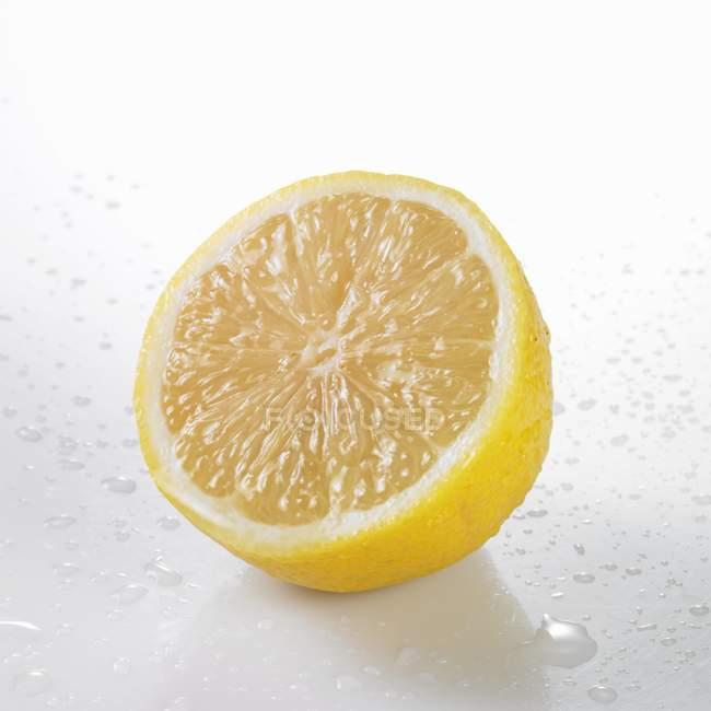 Eine halbe Zitrone frisch gewaschen — Stockfoto