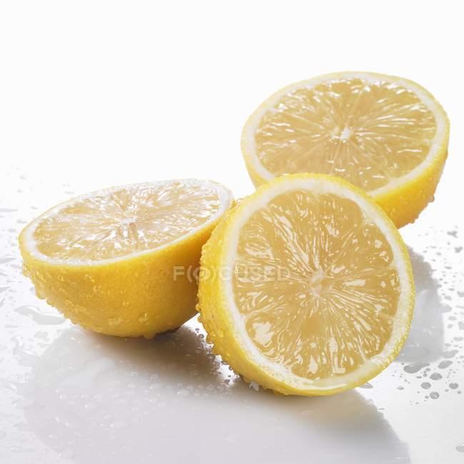 Drei frisch gewaschenen Zitrone Hälften — Stockfoto