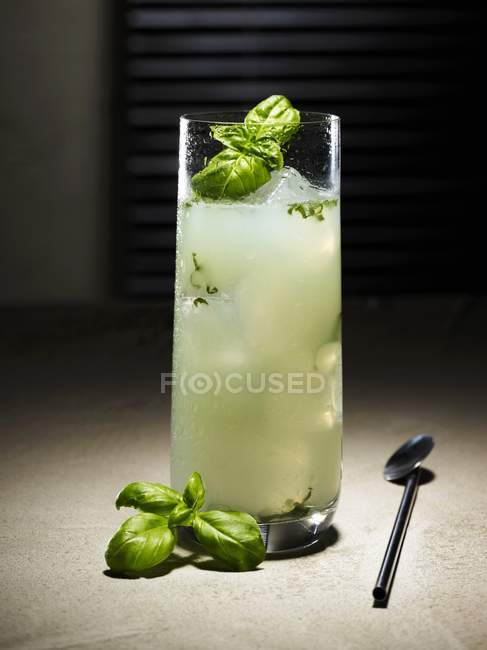 Gin und Basilikum cocktail — Stockfoto