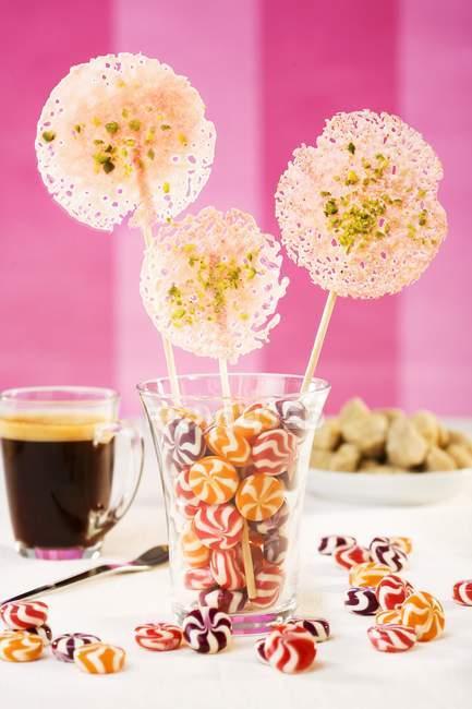 Closeup vista de pirulitos e bombons de hortelã-pimenta em vidro — Fotografia de Stock