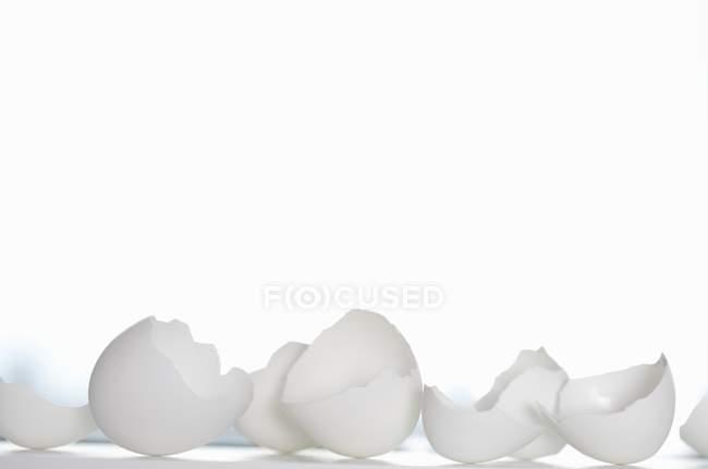Vue rapprochée des coquilles d'œufs sur la surface blanche — Photo de stock