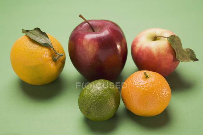 Apples and citrus fruit — Stock Photo