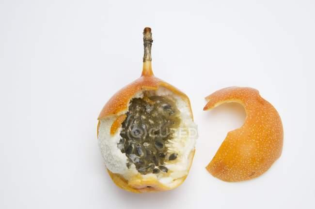 Granadilla amarilla abierta - foto de stock