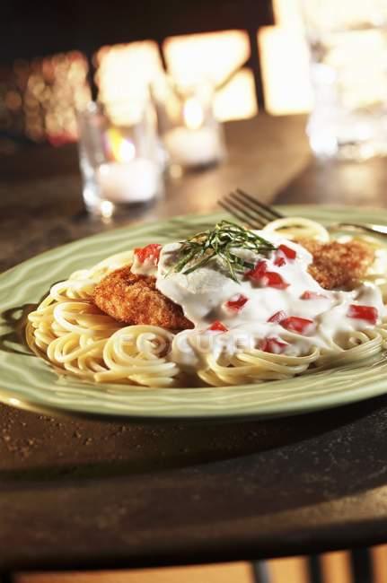 Spaghetti et poulet pané — Photo de stock