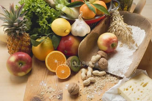 Verduras frescas en escritorio de madera - foto de stock