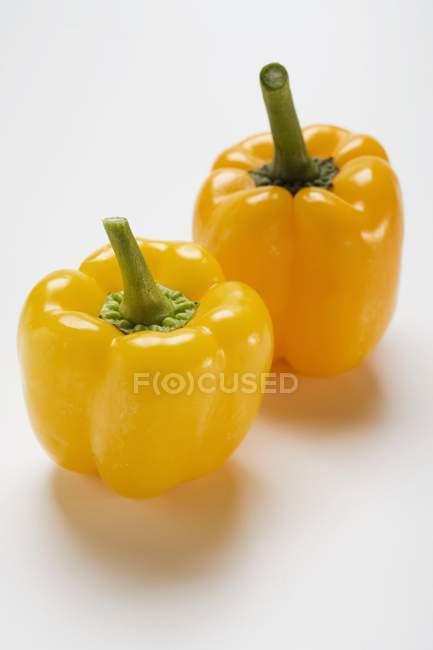Due peperoni gialli — Foto stock