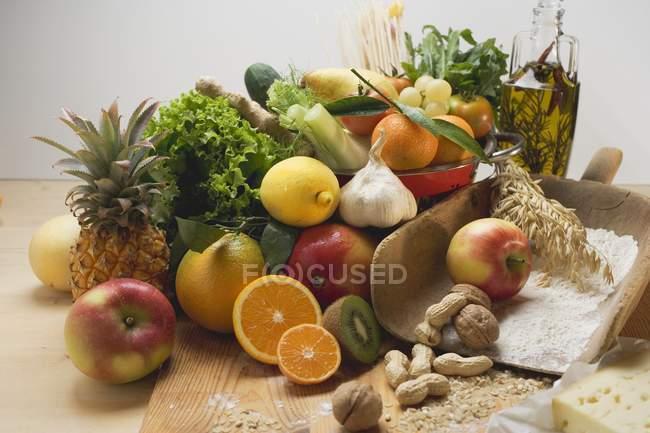 Legumes frescos na mesa de madeira — Fotografia de Stock