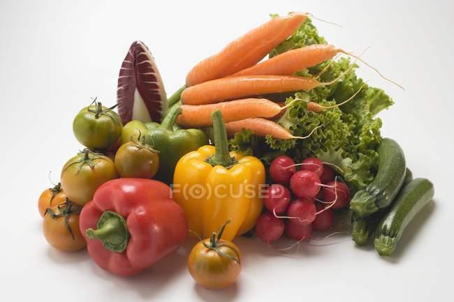 Овощной натюрморт с салатом — стоковое фото