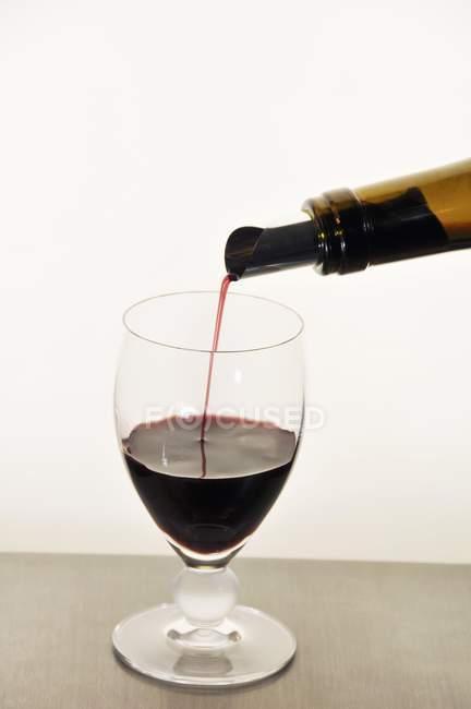 Наливає червоне вино. — стокове фото