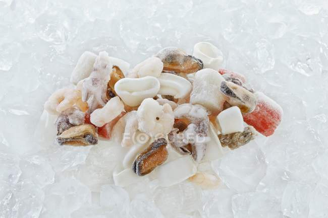 Крупным планом вид замороженных морепродуктов на льду — стоковое фото