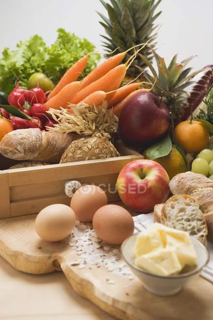 Овочі свіжі на дерев'яний стіл — стокове фото