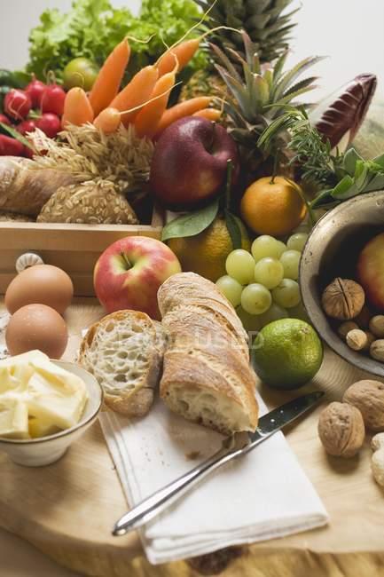 Légumes frais sur le bureau en bois — Photo de stock