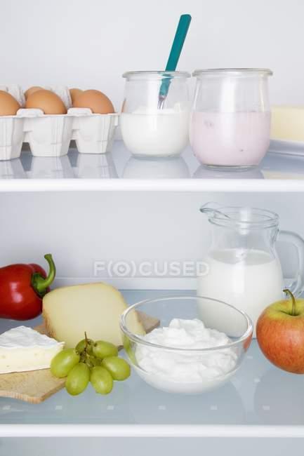 Kühlschrank gefüllt mit Produkten — Stockfoto