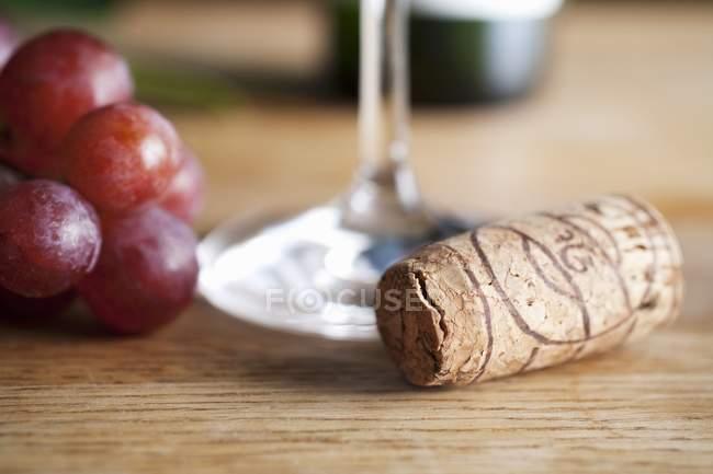 Крупным планом вид винограда и Корк вблизи вина стекла — стоковое фото