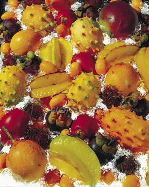 Екзотичних фруктів у воді — стокове фото