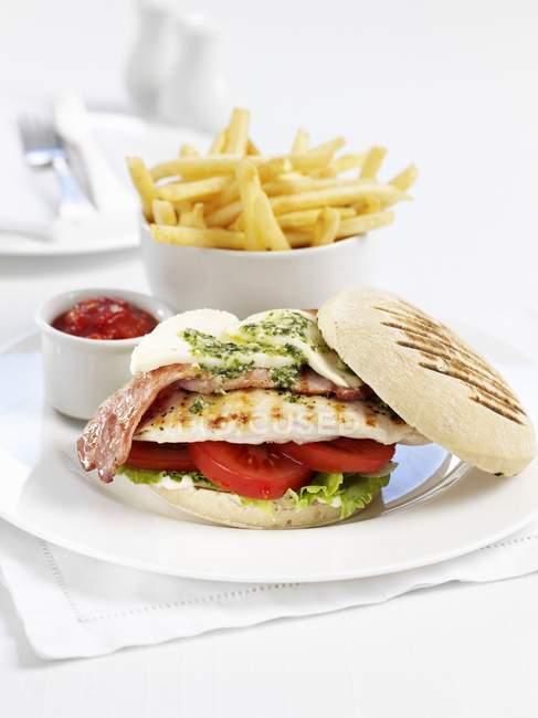 Ciotola di patatine e hamburger di pollo — Foto stock