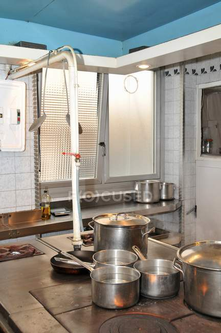 Різні приготування каструлі на плиті в кухні — стокове фото