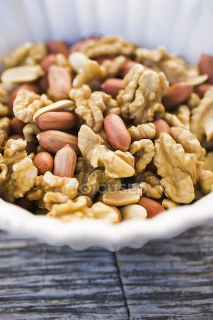 Geschälte Walnüsse und Erdnüsse — Stockfoto