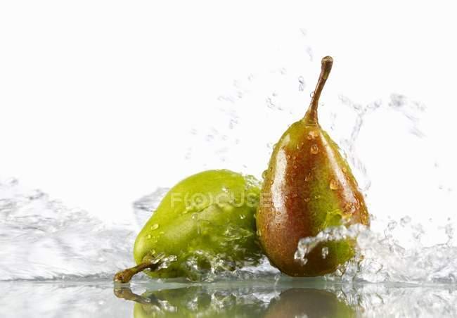 Due pere in acqua — Foto stock