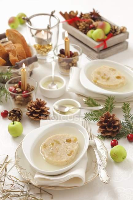 Vista elevada de medusas y pasas Galantina para la cena de Navidad - foto de stock