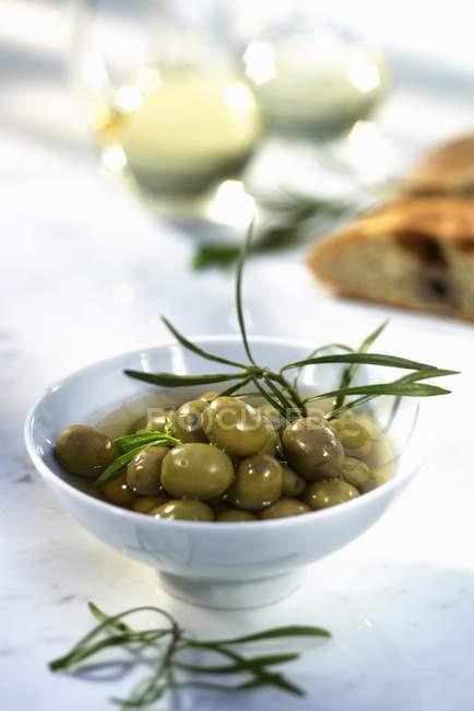 Зеленые оливки в оливковом масле — стоковое фото