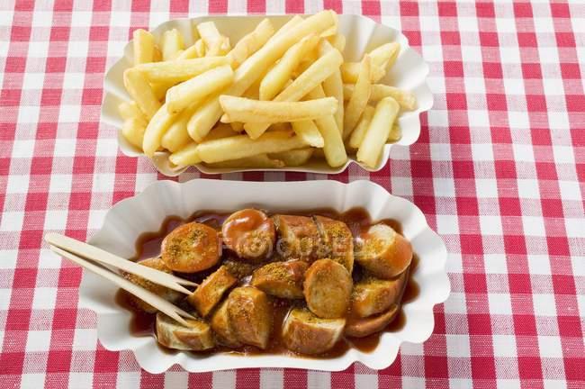 Wurst mit Ketchup und Pommes frites — Stockfoto