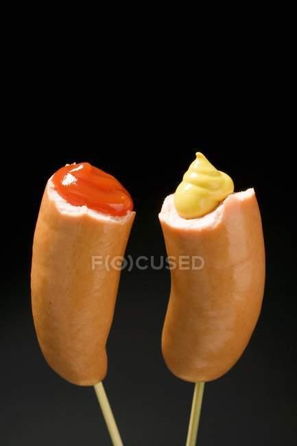 Dos mitades frankfurters - foto de stock