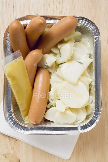 Saucisses de Francfort avec salade de pommes de terre — Photo de stock