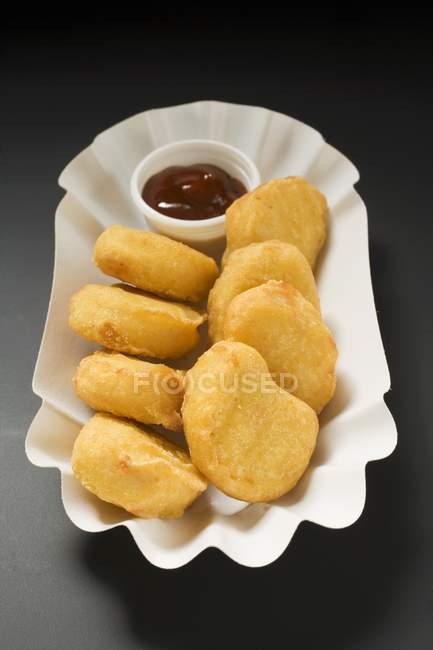 Nahaufnahme von Chicken Nuggets mit Dip in Papierschale — Stockfoto