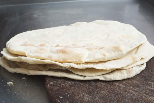 Pains plats cuits au four empilés — Photo de stock
