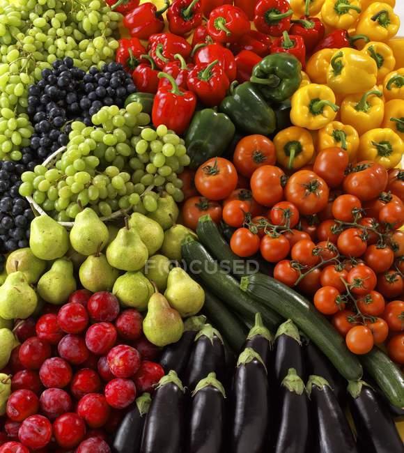Различные овощи и фрукты, полная рамка — стоковое фото