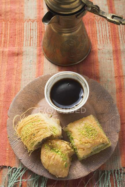 Turkish desserts kadayif and baklava — Stock Photo