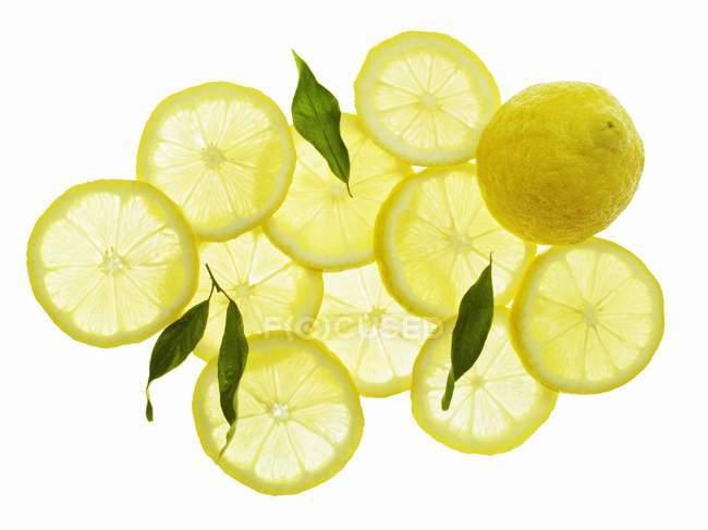 Весь і скибочками лимони — стокове фото