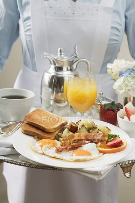 Chambermaid serving breakfast tray — Stock Photo