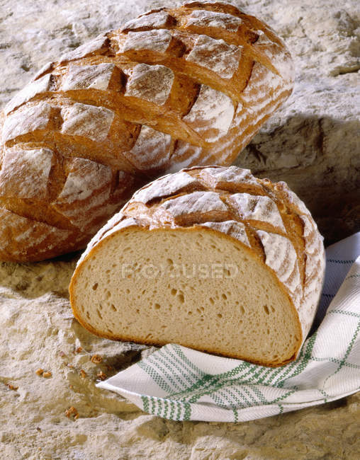Pane con pezzo di pane tagliato — Foto stock