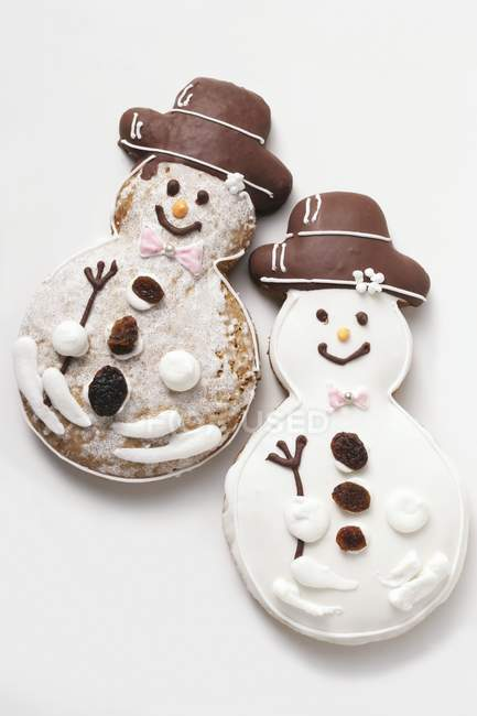 Two gingerbread snowman biscuits — Stock Photo