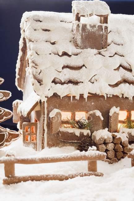 Casa de jengibre con iluminación - foto de stock
