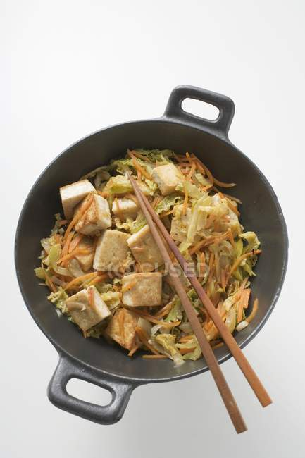 Tofu mit Gemüse im wok — Stockfoto