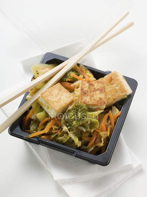 Tofu with vegetables in take away container — Stock Photo