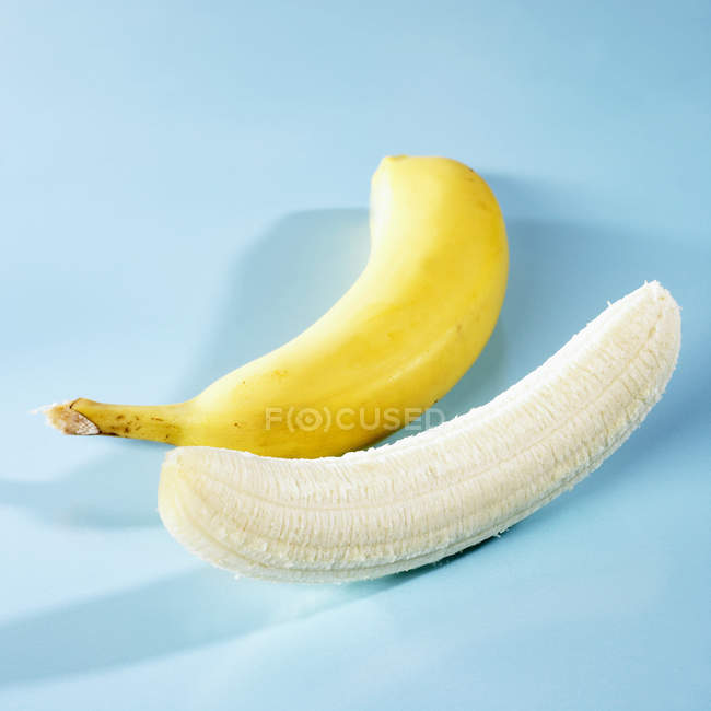 Неочищений та лущений банани — стокове фото