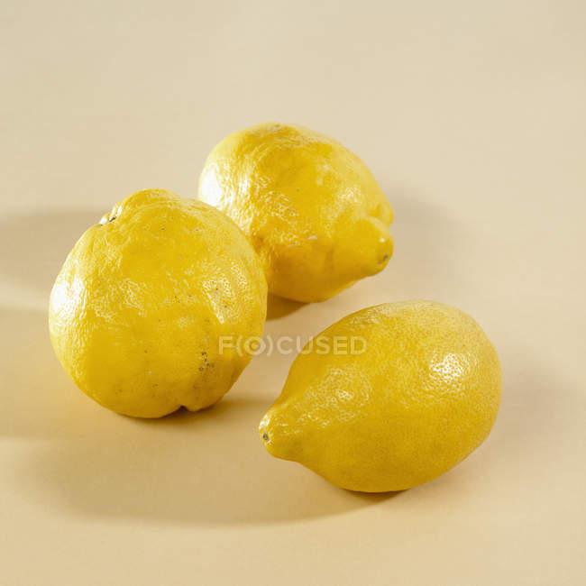 Три необработанных лимона — стоковое фото