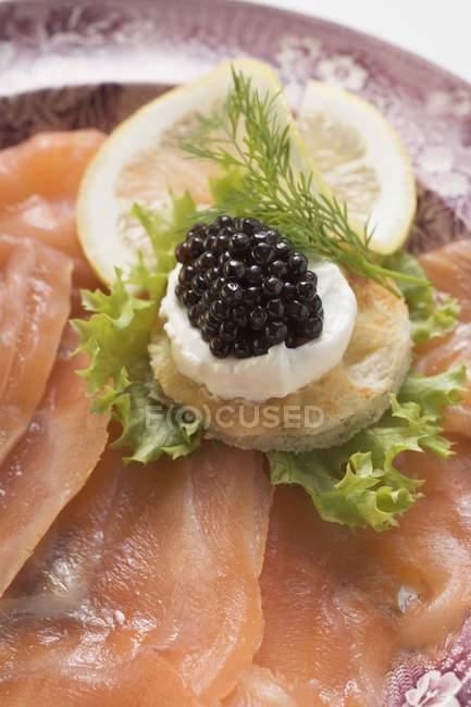 Копченый лосось с икрой — стоковое фото