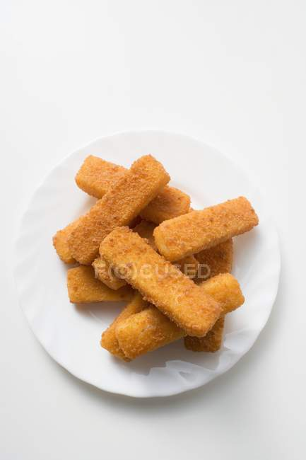 Doigts de poisson panés sur assiette — Photo de stock