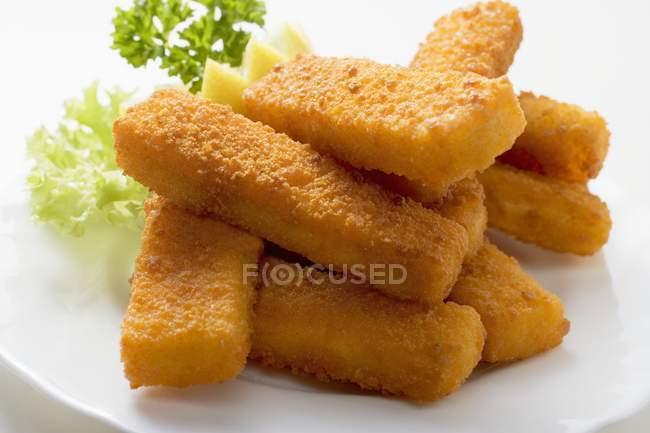 Bâtonnets de poisson frits avec garniture — Photo de stock