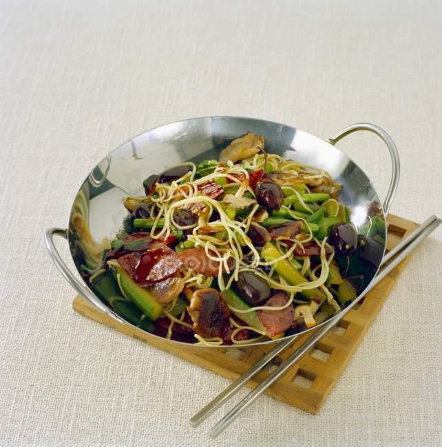 Wurst, Nudeln und Gemüse im Wok zubereitet — Stockfoto