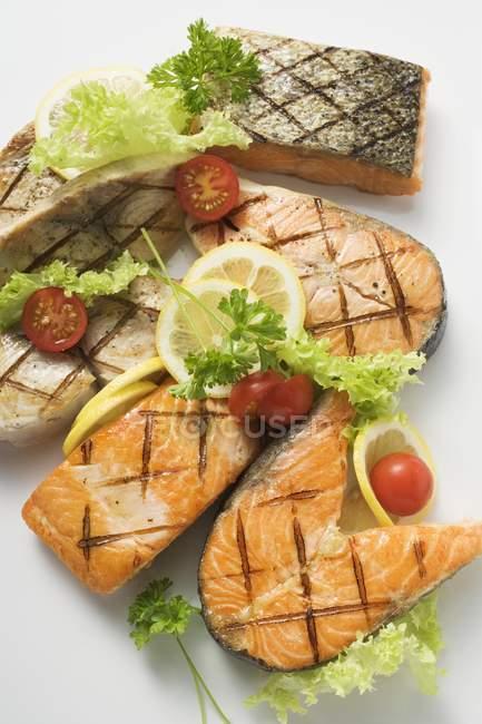 На грилі котлети і Філе лосося — стокове фото